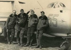 Владимир Планкин крайний слева