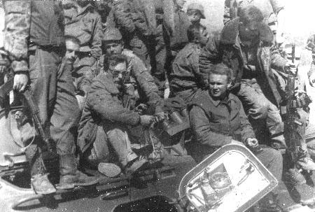 Телегин на броне, а справа от него командир мангруппы
