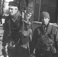 Боевики Басаева, а за ними наш пленный солдатик